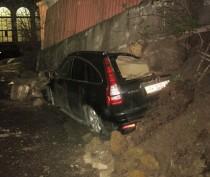 ФОТОФАКТ: в Ялте на припаркованную иномарку рухнула подпорная стена