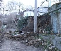 В Севастополе спасатели предотвратили угрозу повреждения газопровода на месте обвала подпорной стены