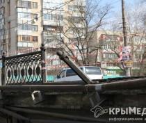 ФОТОФАКТ: В центре Симферополя автомобиль снес ограждение моста над Салгиром