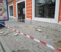 ФОТОФАКТ: На оживленной улице в центре Симферополя обвалилась часть балкона