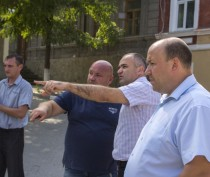 Глава администрации проверил ход работ по укладке коллектора в Феодосии