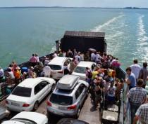 Легковой автомобиль съехал с парома в море на Керченской переправе