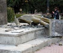 Полицейские задержали троих подозреваемых в разрушении памятника Ленину в Судаке