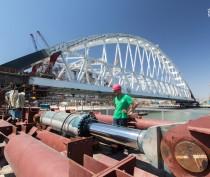 Строители готовят железнодорожную арку Крымского моста к погрузке на плавсистему