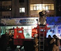 Новости Феодосии: С самого высокого жилого дома Феодосии выбросили на крышу магазина горящий матрас