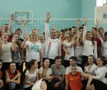 Новости Феодосии: Чиновники Феодосии сыграли с детьми в волейбол