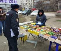 В Феодосии составили протокол на уличного торговца дешевыми конфетами