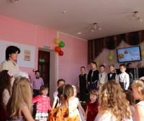 Новости Феодосии: Юные артисты станцевали для феодосийских мам первый вальс