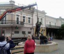 Новости Феодосии: На Музейной площади Феодосии установили скульптурную композицию