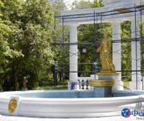Новости Феодосии: В Феодосии скульптуру фонтана-памятника Доброму гению выкрасили в цвет золота