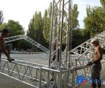 Новости Феодосии: На площади перед «Крымом» собирают гигантского «металлического паука»