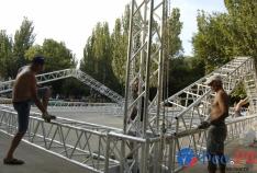 Новость. Город: Феодосия - На площади перед «Крымом» собирают гигантского «металлического паука»