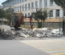 В Феодосии снесли ларек, загораживающий подъезд к одной из местных школ