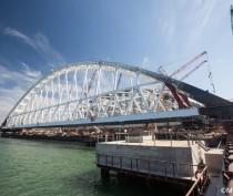 Строители завершили морскую операцию по установке арки Крымского моста
