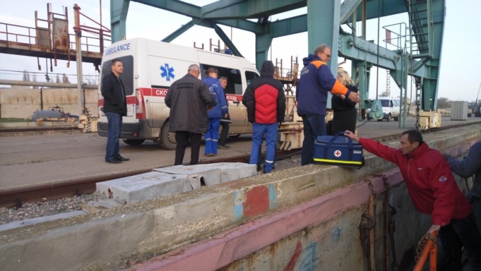Cотрудники экстренных служб  передали докторам  капитана иностранного судна, заболевшего уберегов Крыма