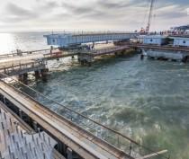 Строители Крымского моста соединили автодорожными пролетами косу и остров Тузла (ФОТО)