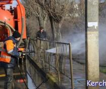 Коммунальщики Керчи мыли тротуар и ограждения на «АТП»