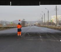 Строители уложили первый слой асфальта на Буденного в Керчи