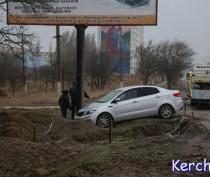 В Керчи иномарка въехала в билборд (ФОТО)
